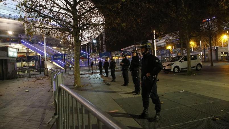 Les forces de l'ordre déployées devant le Stade de France vendredi