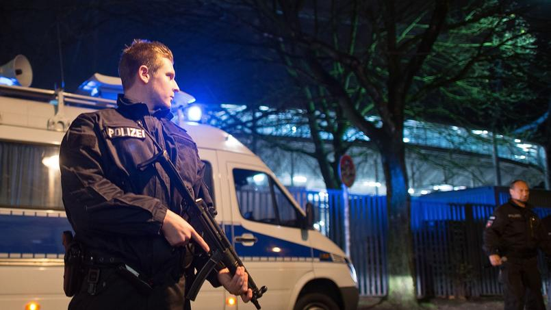 La police se déploie aux abords du stade de Hanovre, mardi 17 novembre 2015.
