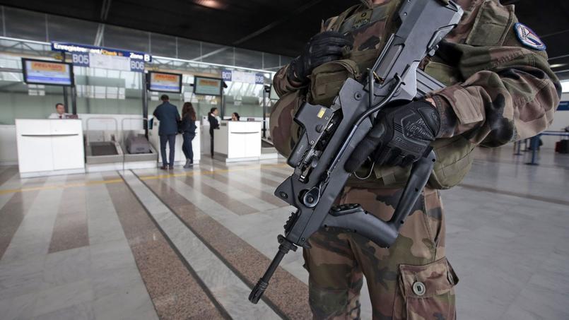 Patrouille à l'aéroport de Nice, ce mardi.