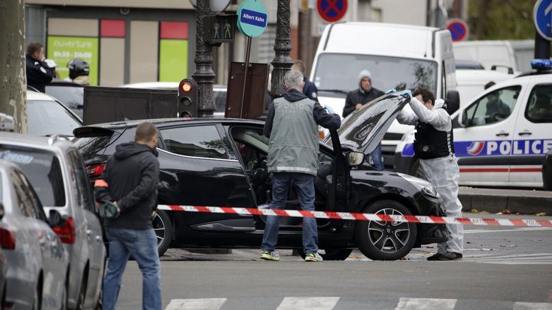 Les enquêteurs ont retrouvé dans le XVIIIe arrondissement de Paris une Clio noire qui pourrait avoir servi à la préparation des attentats.
