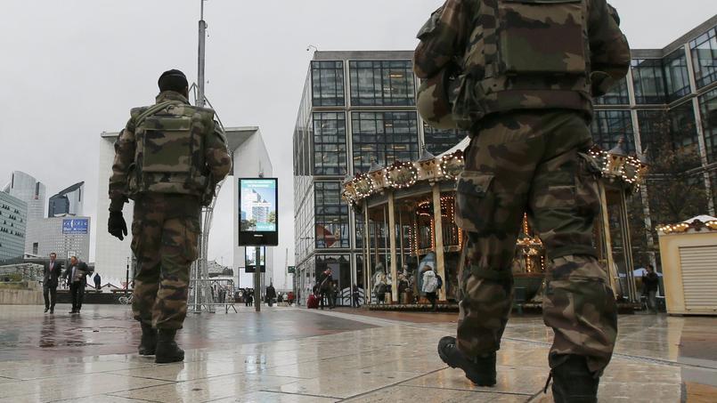 Patrouille dans le quartier de la Défense (Nanterre).