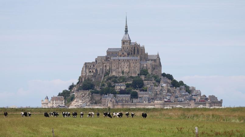 Le mont Saint-Michel, en haut duquel culmine l'abbaye et l'archange Saint Michel, qui couronne la flèche