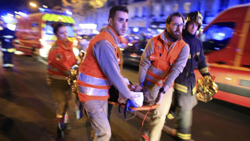 Paris, vendredi 13 novembre. Les secours évacuent les blessés de la salle de concert du Bataclan.