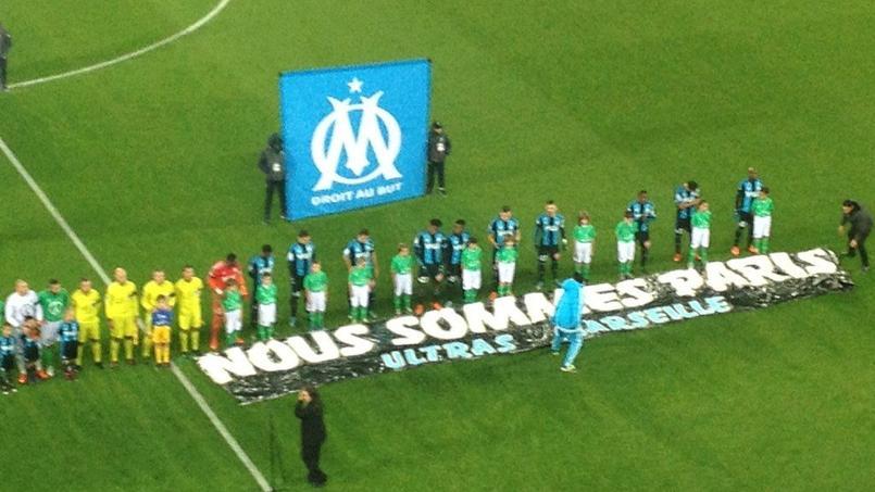 L'hommage des Marseillais dimanche soir. (Crédits: Twitter La Provence)