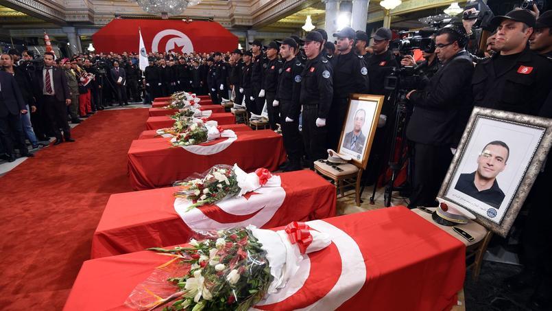 Douze membres de la garde présidentielle ont été tué mardi lors d'une attaque terroriste dans le centre de Tunis.