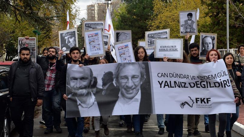 L'incarcération de Can Dundar et d'Erdem Gül a suscité une vague de protestation dans les milieux de la presse d'opposition et des manifestations, comme vendredi à Ankara..