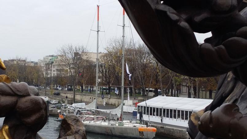Le Tara Océans, amarrée au Pont Alexandre-III à Paris,  défendra les intérêts des mers durant les négociations de la Cop21 / LE FIGARO / MATHILDE GOLLA