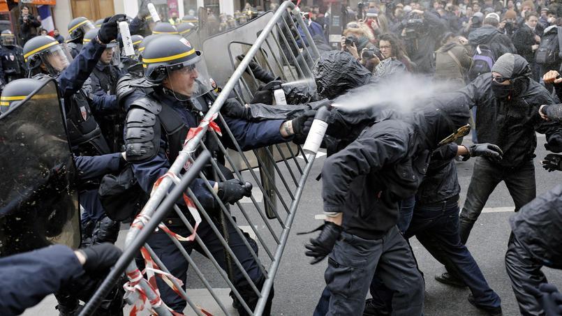 Les CRS n'ont pas hésité à faire usage de gaz lacrymogènes face à des extrémistes qui voulaient en découdre.