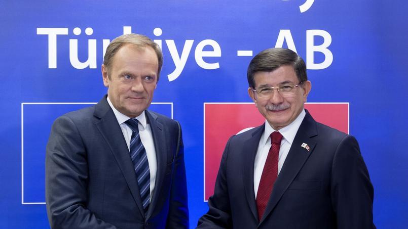 Le président du Conseil européen Donald Tusk et le premier ministre Ahmet Davutoglu, dimanche à Bruxelles.