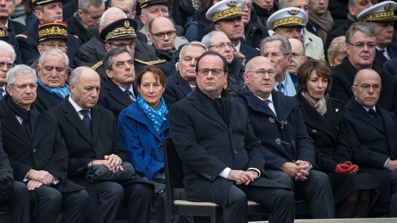François Hollande, seul devant les autres politiques, lors de l'hommage aux victimes des attentats du 13 novembre, vendredi dernier aux Invalides.