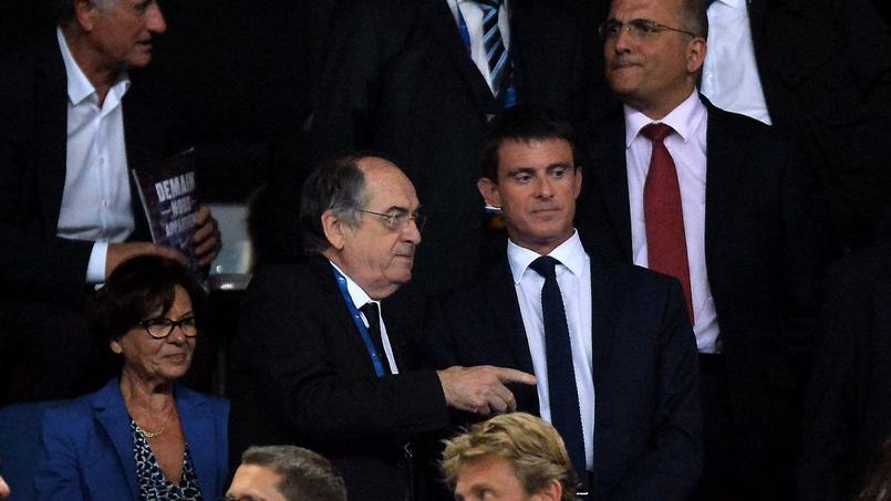 Manuel Valls, au Stade de France, en compagnie du président de la Fédération française de football, Noël Le Graët