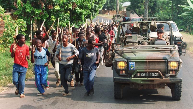 Une colonne de soldats français remonte un groupe de miliciens hutus pro-gouvernementaux, le 27 juin 1994 près de Gisenyie, à 10 kilomètres de la frontière avec le Zaïre.