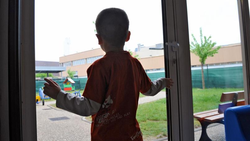 Un enfant autiste regarde par la fenêtre (photo d'illustration).