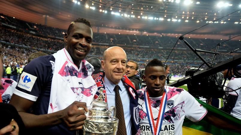 Alain Juppé fête la victoire de sa ville en Coupe de France en 2013.