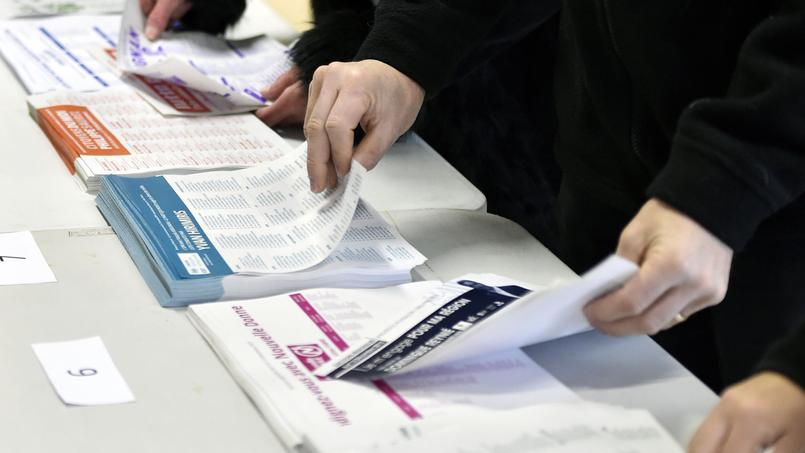 Les bulletins de vote dans un bureau de la région Midi-Pyrénées-Languedoc-Roussillon, le 6 décembre.
