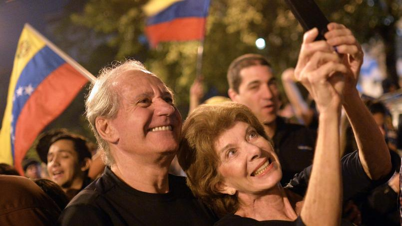Des électeurs vénézuéliens célèbrent la victoire de l'opposition, à Caracas, le 7 décembre 2015.