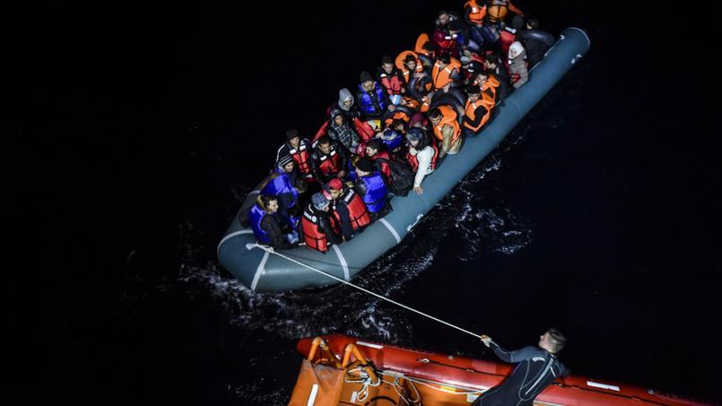 Un garde-côte turc manoeuvre un bateau de migrants syriens qui tentent de rejoindre l'île grecque de Chios, dans la nuit du 9 au 10 décembre 2015.