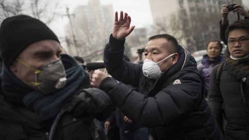 La police repousse journalistes et manifestants, ce lundi, devant le tribunal où est jugé Pu Zhiqiang.