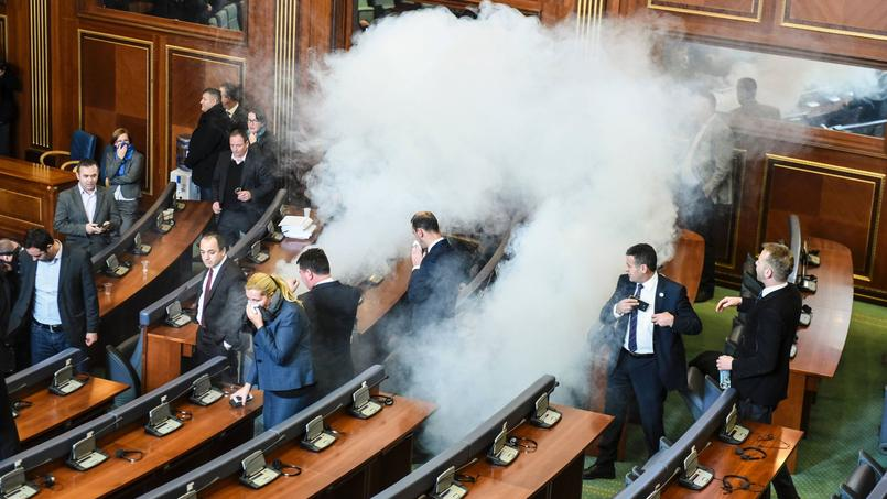 Les membres du parlement se dispersent après les tirs de gaz lacrymogène lancé par l'opposition.