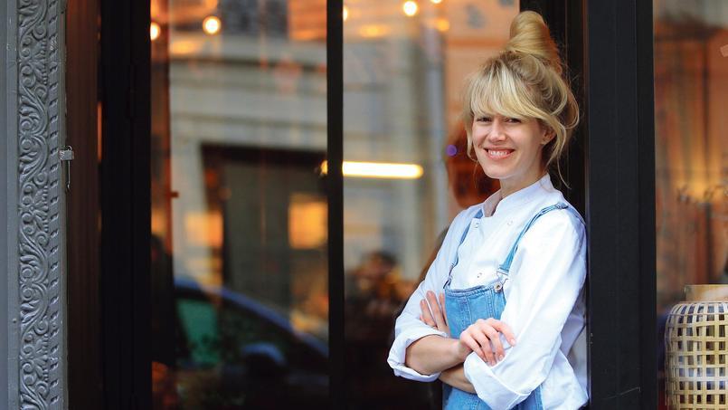 Carrie Solomon devant le Coffee Club (VIe), dont elle a fait la carte.