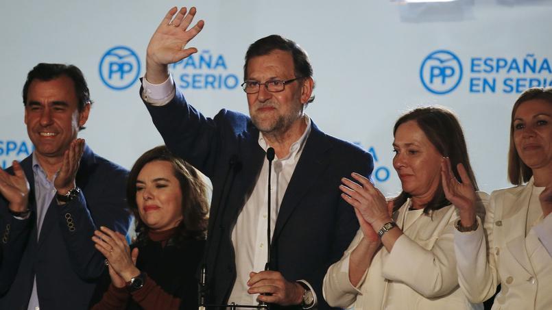Au centre, le premier ministre espagnol, Mariano Rajoy au QG de campagne du Partido popular, après le résultat des élections. Il est entouré de membres du parti et de son épouse, Elvira Fernandez, à sa droite.
