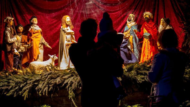 Crèche de Noël à découvrir dans la forêt magique plantée au pied du beffroi de Calais.