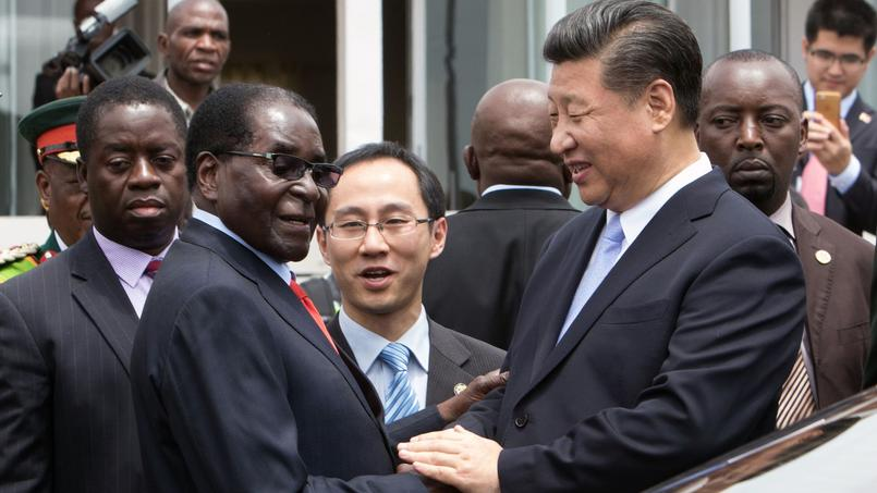Xi Jinping et le président Robert Mugabe, à Harare, le 1er décembre dernier.