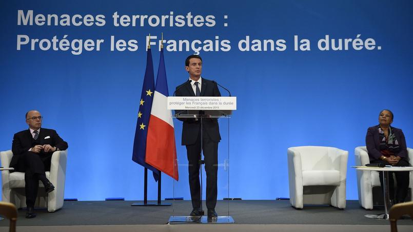 Bernard Cazeneuve, Manuel Valls et Christiane Taubira à Paris, le 23 décembre 2015.
