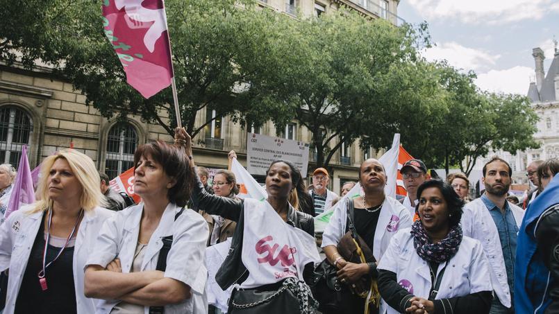 En mai 2015, le personnel médical manifestait contre le projet de réorganisaiton du temps de travail de Martin Hirsch. © Lucien Lung/ Le Figaro