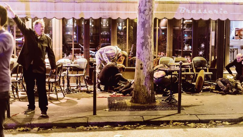 Des passants tentent de secourir les victimes du Café Bonne Bière, dans le XIe arrondissement.