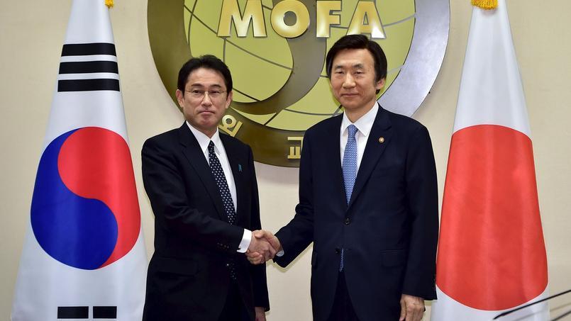 Le ministre des affaires étrangères sud-coréen Yun Byung-se (à droite) en compagnie de son homologue japonais, Fumio Kishida, à Séoul lundi 28 décembre 2015