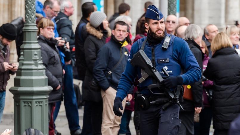 Un policier armé sur la grand place de Bruxelles