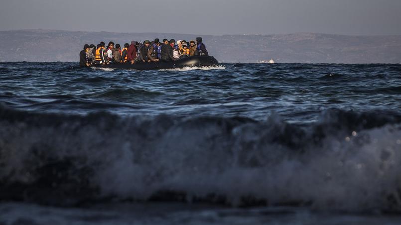 Des réfugiés approchent de l'île de Lesbos, en Grèce, samedi. Comme eux, plus d'un million de personnes ont traversé la Méditerranée pour rejoindre l'Europe en 2015, principalement par la Grèce ou l'Italie.