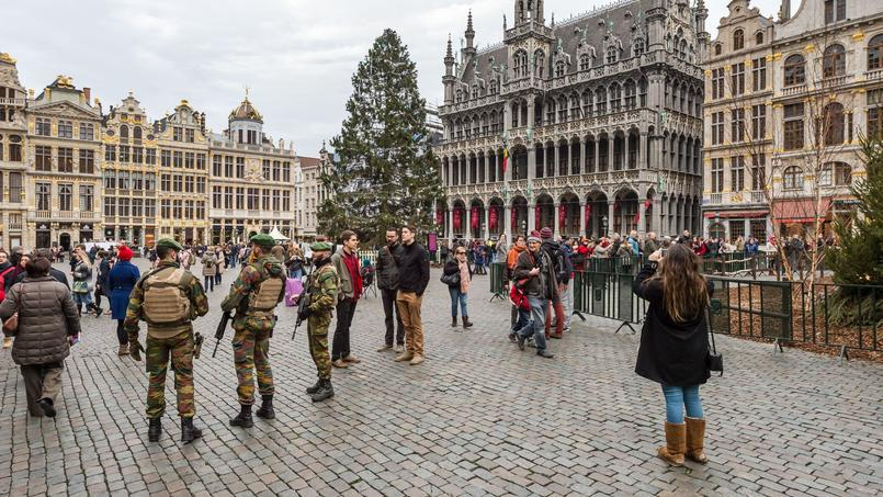Les militaires belges sur la Grand place de Bruxelles.