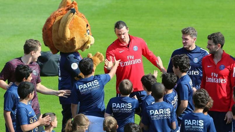 Zlatan Ibrahimovic et la mascotte du Paris SG «Germain le Lynx» en compagnie d'enfants pendant le stage à Doha.