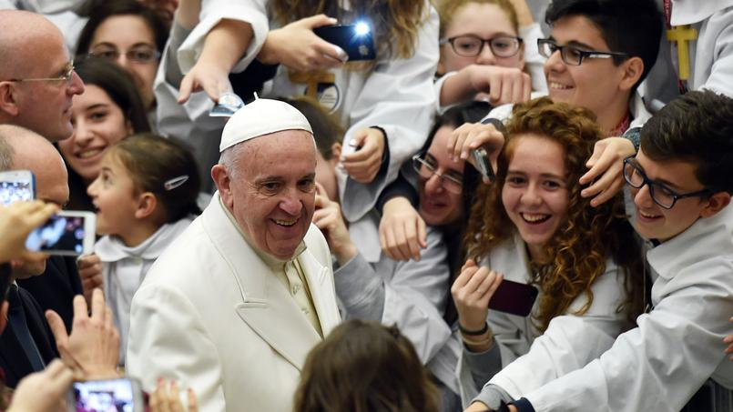 Le pape François aujourd'hui au Vatican avec de jeunes chanteurs des Pueri Cantores.