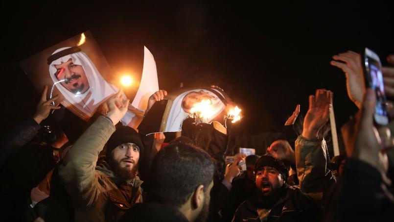 Des manifestants, en Iran, devant l'ambassade d'Arabie saoudite.