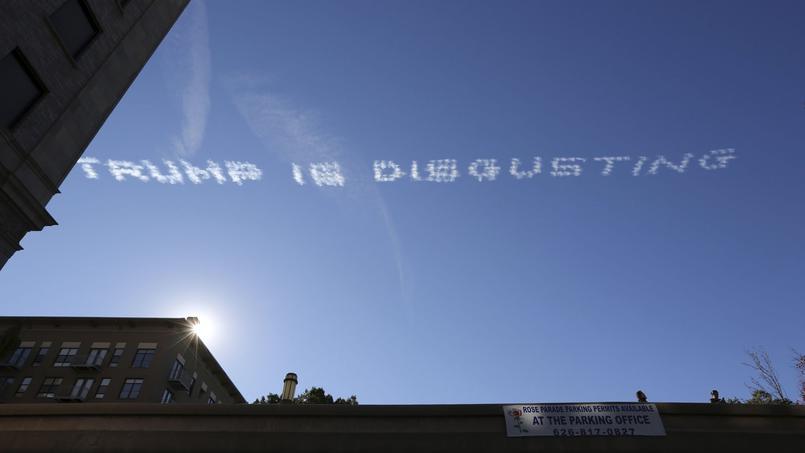 Une phrase inscrite par des avions dans le ciel de Californie.