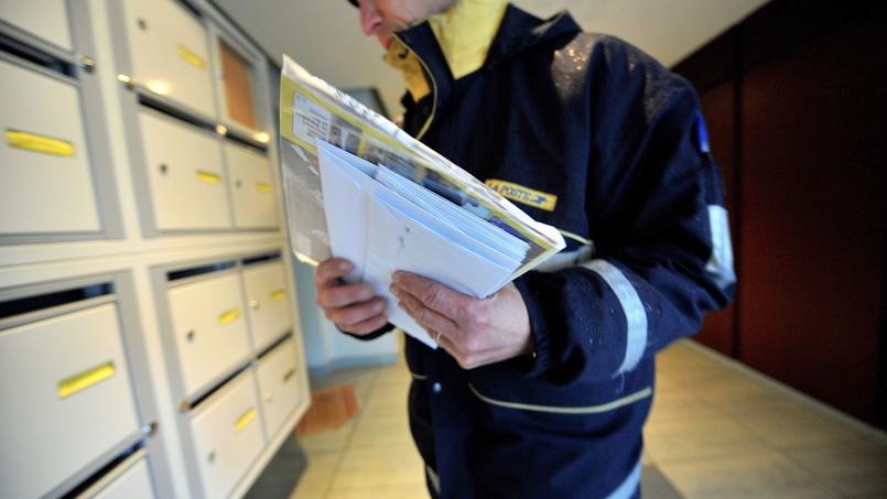 Les postiers achètent sur leurs deniers personnels les calendriers qu'ils revendront à la fin de l'année pour obtenir un complément de salaire (Crédit: Mychèle DANIAU/AFP)