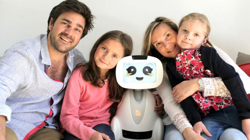 Le robot Buddy affiche un visage sur une tablette et se déplace de façon autonome sur ses roulettes. Il sera commercialisé à la fin de l'année 2016.
