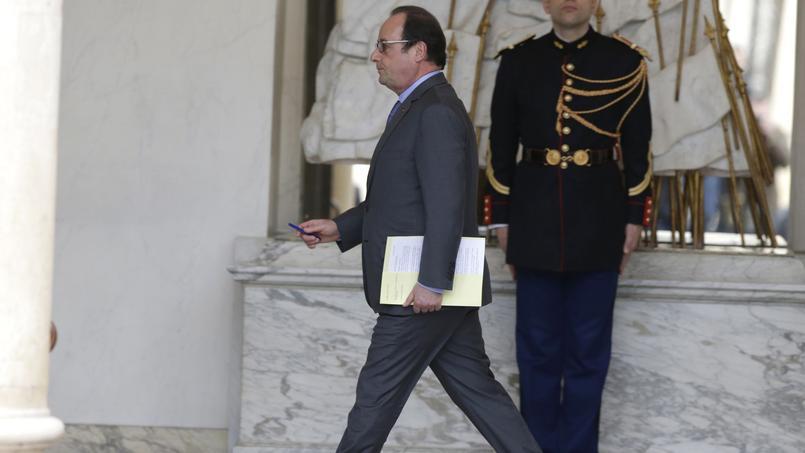 François Hollande, devant le palais de l'Élysée, le 16 décembre 2015.