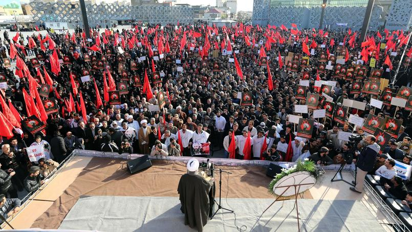 Des iraniens sont rassemblés sur une place de Téhéran, lundi, pour manifester contre l'exécution d'un dignitaire chiite par l'Arabie saoudite