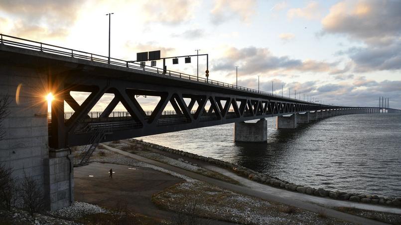 Le pont relie Malmö, troisième ville suédoise, à Copenhague, la capitale danoise. Depuis lundi, aucun pasager ne peut l'emprunter à bord d'un train ou d'un car sans présenter une pièce d'identité.