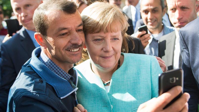 Un demandeur d'asile fait un «selfie» avec la chancelière allemande, le 10 septembre 2015, à Berlin.