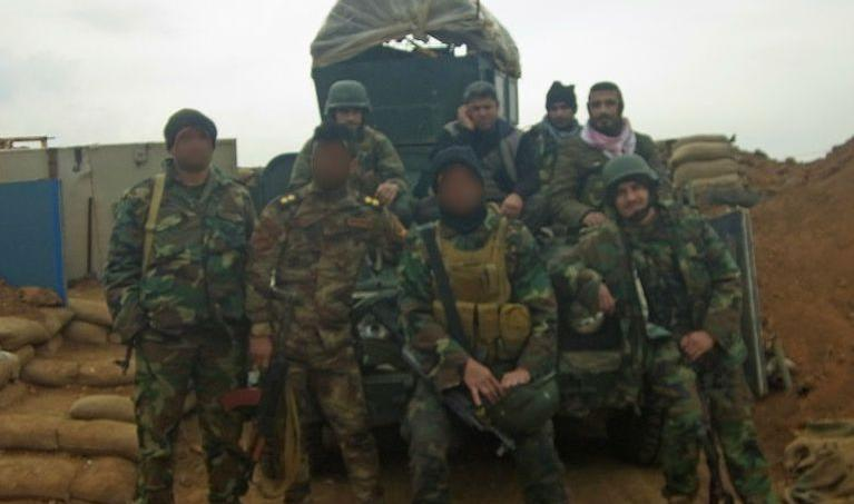 Martin (au centre), a vécu un mois et demi aux côtés des Peshmergas à Sinjar. Son visage est flouté, car il désire rester anonyme.
