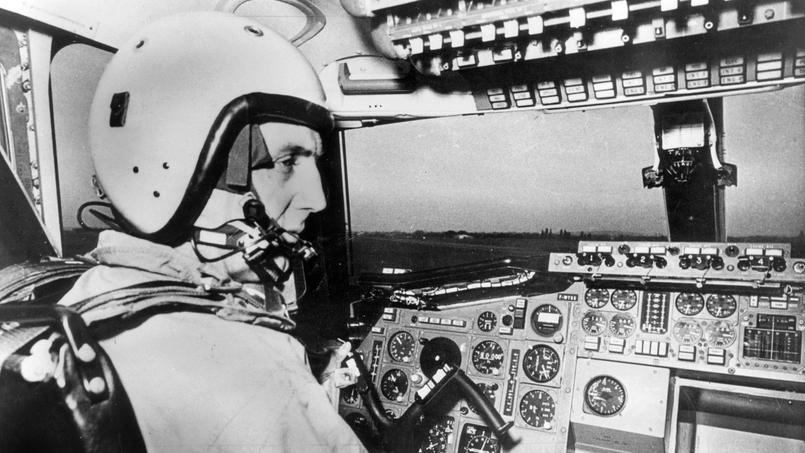 Le pilote André Turcat lors du premier vol d'essai le 2 mars 1969.