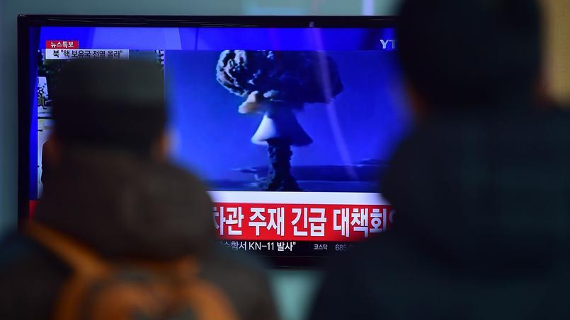 Dans une gare de Séoul, capitale de la Corée du Sud, des passants regardent un bulletin d'information faisant état de l'essai de bombe à hydrogène mené par leur voisin du nord.