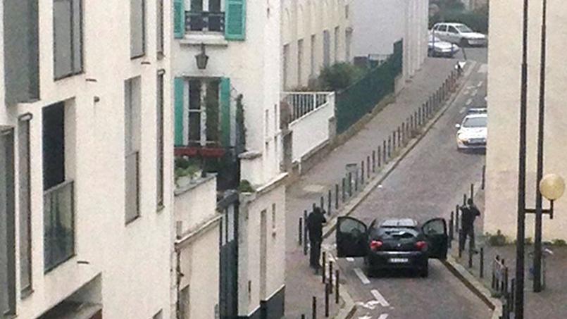 Paris, 7 janvier. Les frères Kouachi visent des policiers après leur attentat dans la rédaction de Charlie Hebdo.
