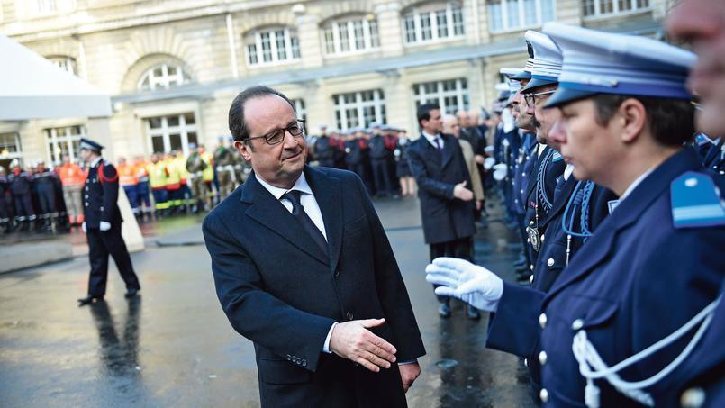 François Hollande salue des membres des forces de l'ordre, jeudi, dans la cour de la préfecture de police de Paris.