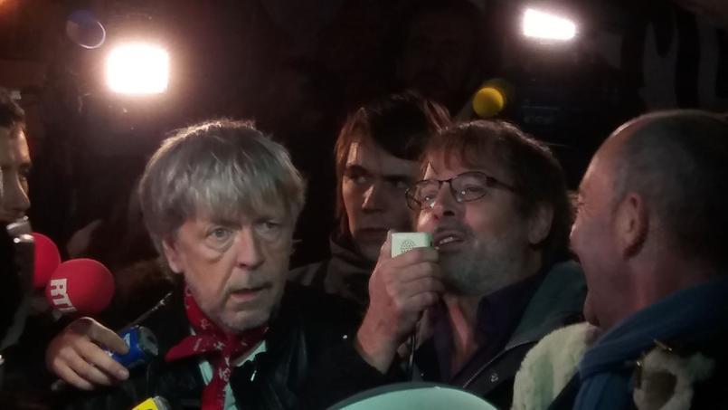 Le chanteur Renaud et Christophe Alévêque sont venus se recueillir place de République (Crédit photo: Alice Develey).